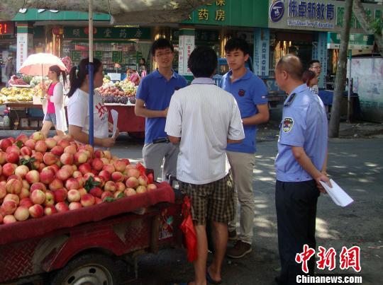 城管VS小贩 南京大学生暑假体验城管小贩生活