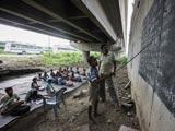 新德里:高架桥下的免费课堂[组图]