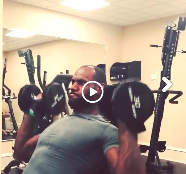 休练放松法_詹姆斯上传力量训练视频 秀完美肌肉(图)_体育中国_中国网