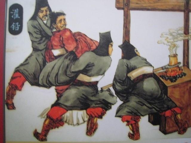 古代/在官府衙门里直接对犯人用刑的皂隶们,一般都是心狠手辣的。