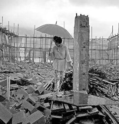 毕美娜 大连/毕美娜在其产业园被强拆的废墟上图据其微博