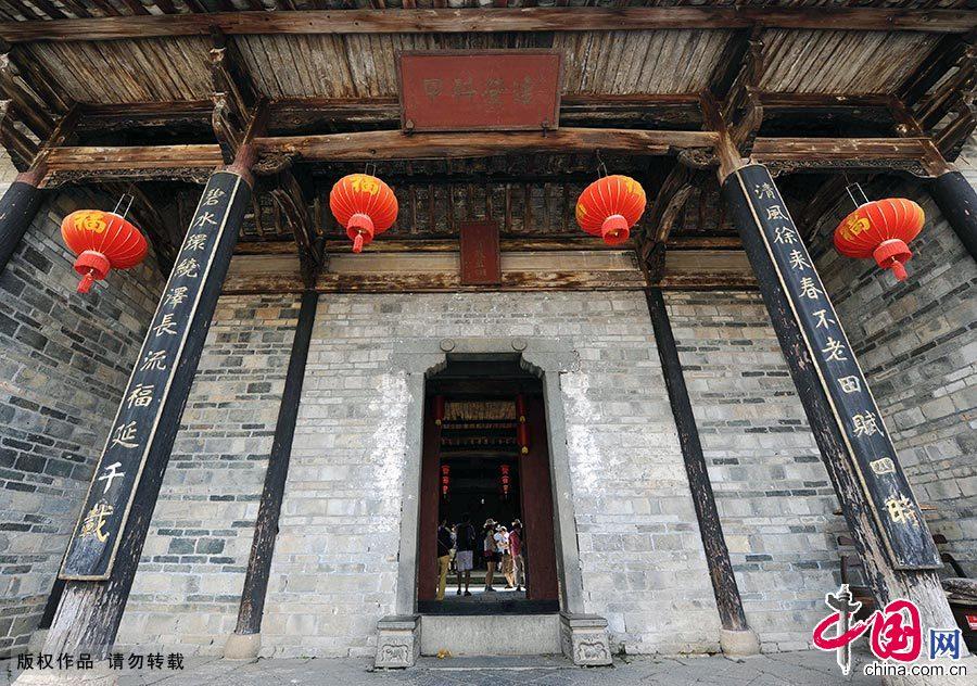 游客在关西新围的祠堂内游览参观。 中国网图片库 赖鑫琳/摄