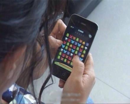 a双眼玩手机游戏双眼女孩险失明仙女女生说是图片