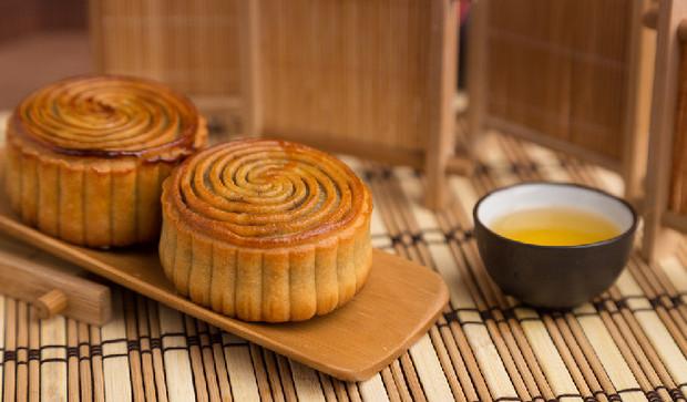 中秋节品美味月饼