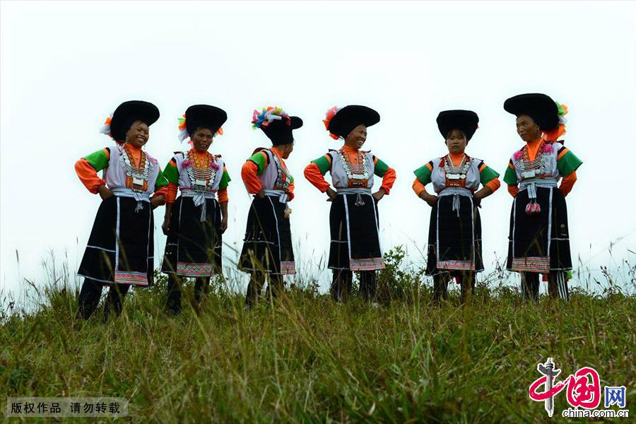 高坡草场上的苗族妇女。中国网图片库 彭年/摄