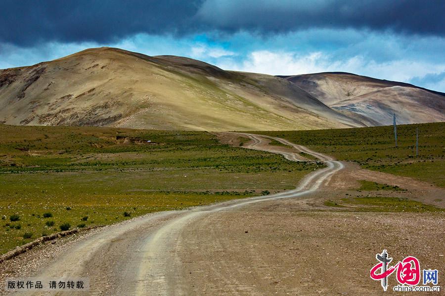 一条不知名的小道通往远方的山脉,看不见尽头。 中国网图片库 晨珠/摄