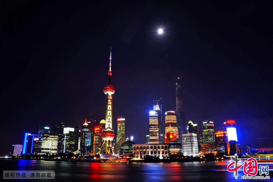 夜幕下的上海外滩流光溢彩,绚丽缤纷。 中国网图片库 郑跃芳/摄