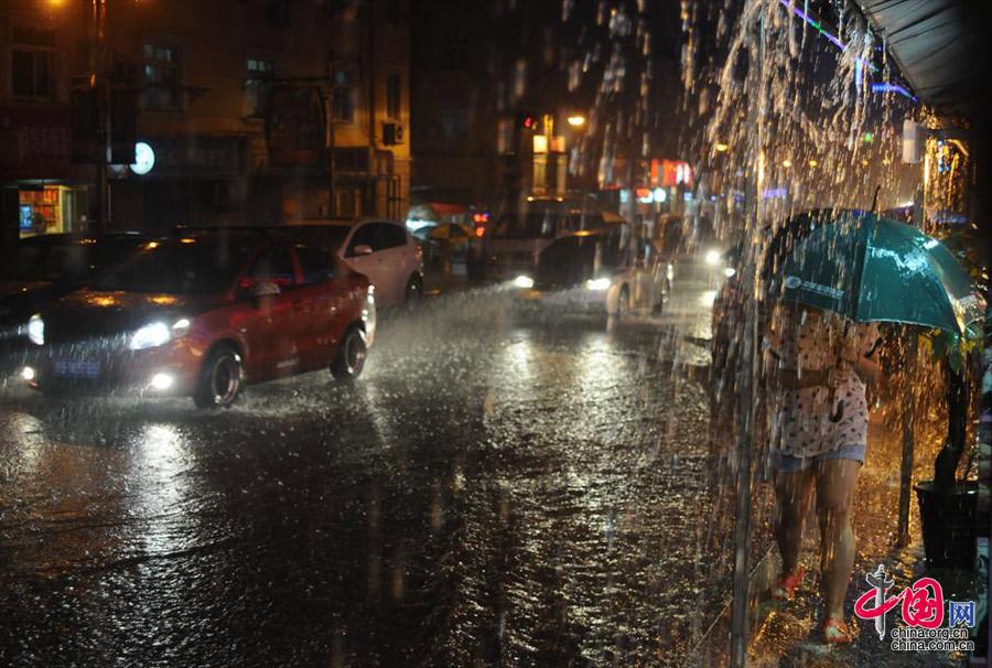 ...大量的雨水,受强降雨影响,青岛进入降温天气.(中国网图片库-...图片 194545 900x606