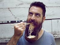 美男子打造創意鬍鬚 奇特造型爆紅網路