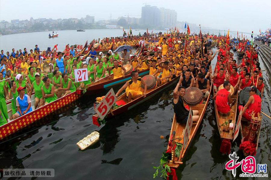 融安融江县城段,正在集结的各龙舟比赛代表队。中国网图片库 何进文/摄