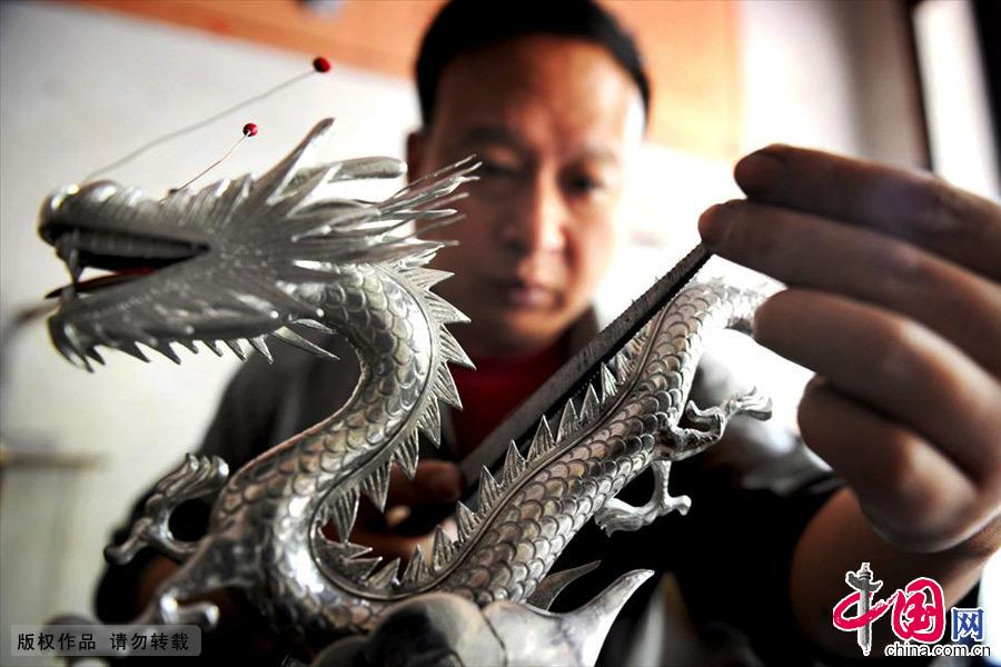应业根儿子今年46岁,重操旧业后专心做起锡雕。中国网图片库 张建成/摄