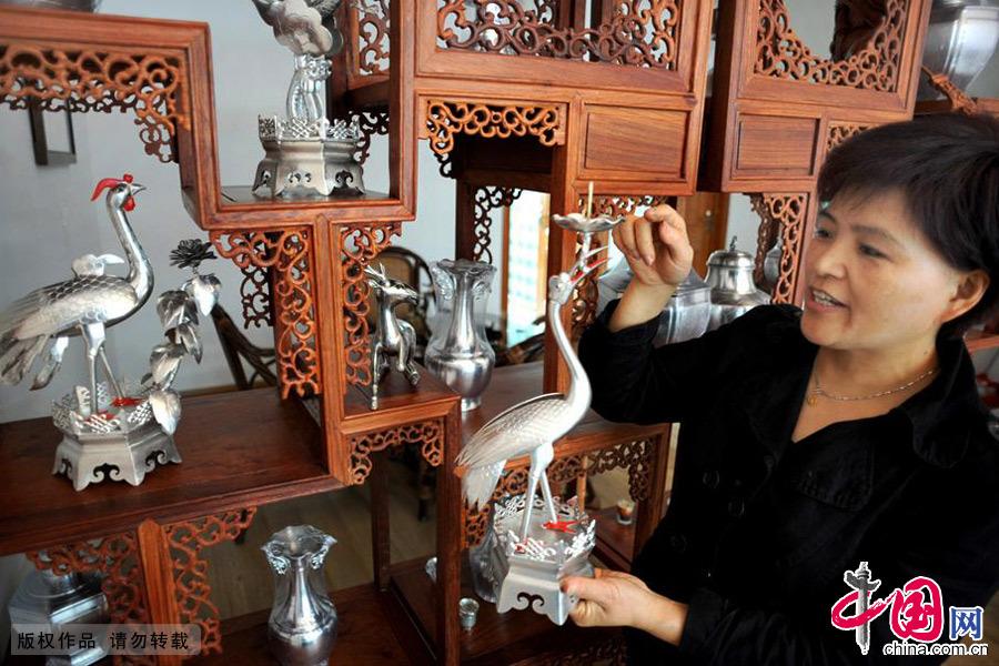 应华升的妻子陈笑于介绍说,现在来购买和定做锡雕工艺品,用于收藏观赏的人真不少。中国网图片库 张建成/摄
