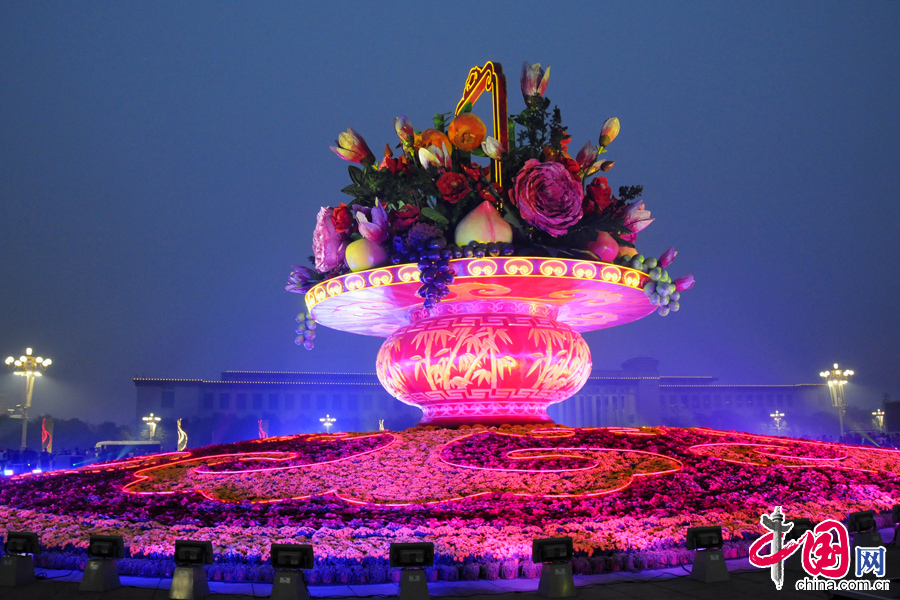 2013年9月28日晚,北京天安门广场中心花坛正在调试灯光,3D技术投影下的国庆的花蓝变换出绚丽多彩、晶莹剔透的梦幻般景观效果,令人陶醉! 图片来源:金闻/CFP
