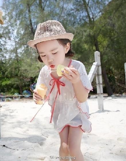 韩国/近日,网络上疯狂流传一组萌妹的写真。这位小妹妹是韩国网拍...