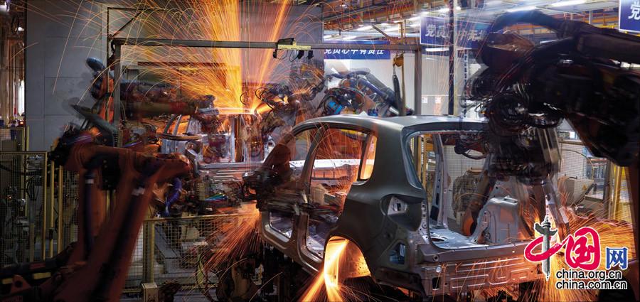 """【""""焊接""""—— 两个时代】摄于上海大众汽车有限公司"""