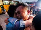 广东台山籍遇险获救船员回家 亲人相见喜极而泣[组图]