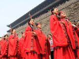 百对新人西安古城墙下举行集体汉式婚礼[组图]