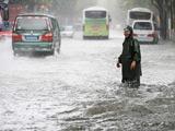 上海发布暴雨红色预警 暴雨造成多条段马路积水