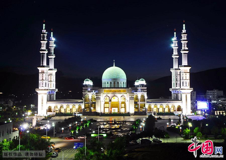 入夜,沙甸大清真寺在灯光的映衬下更显典雅气派。 中国网图片库 李果/摄