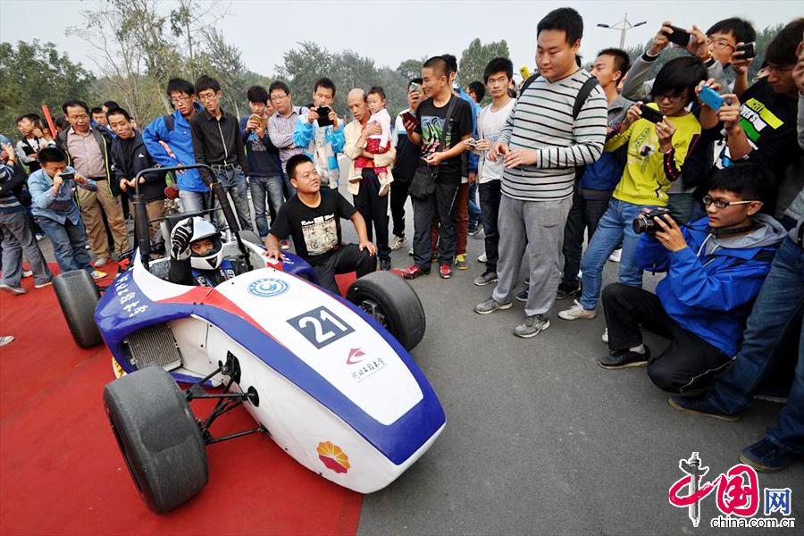 河北工程大学/10月8日,河北工程大学的大学生试驾刚刚完成的自制方程式赛车...