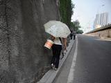 """重庆主城内""""最窄""""人行道 最窄一段仅15厘米[组图]"""