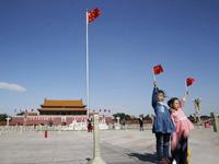 北京发布大风蓝色预警 市民顶风出行 [组图]