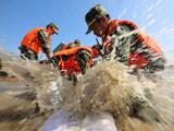浙江嘉興:武警助民修築防洪堤壩搶險排澇
