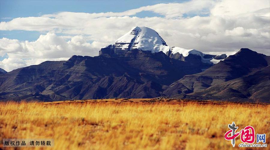 西藏阿里冈仁波齐峰,向阳面终年积雪不化,背面长年没雪。中国网图片库 赖鑫琳/摄