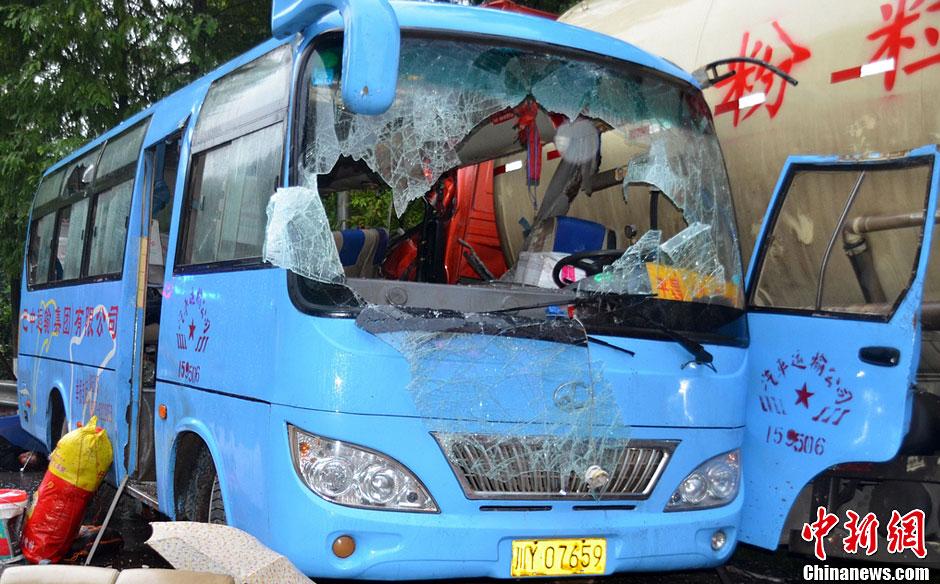 四川巴中罐车与客车碰撞 已致6死14伤高清图片