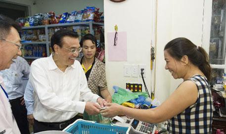 李克强夜访越南河内湖畔小商店