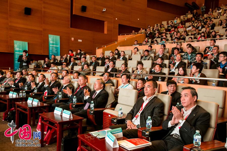 """2013年10月15日,由中國扶貧基金會主辦的""""敢問路在何方——新時期金融扶貧論壇""""在京舉行。圖為大會現場。"""