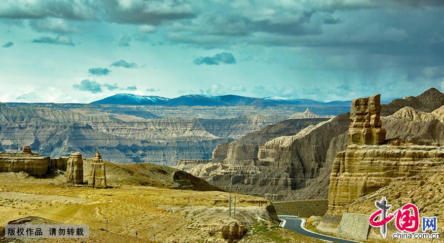 山体上那一道道深深的沟壑,雕刻成形态各异、奇诡神秘、纵横交错的巨幅壁画。 中国网图片库 晨珠/摄