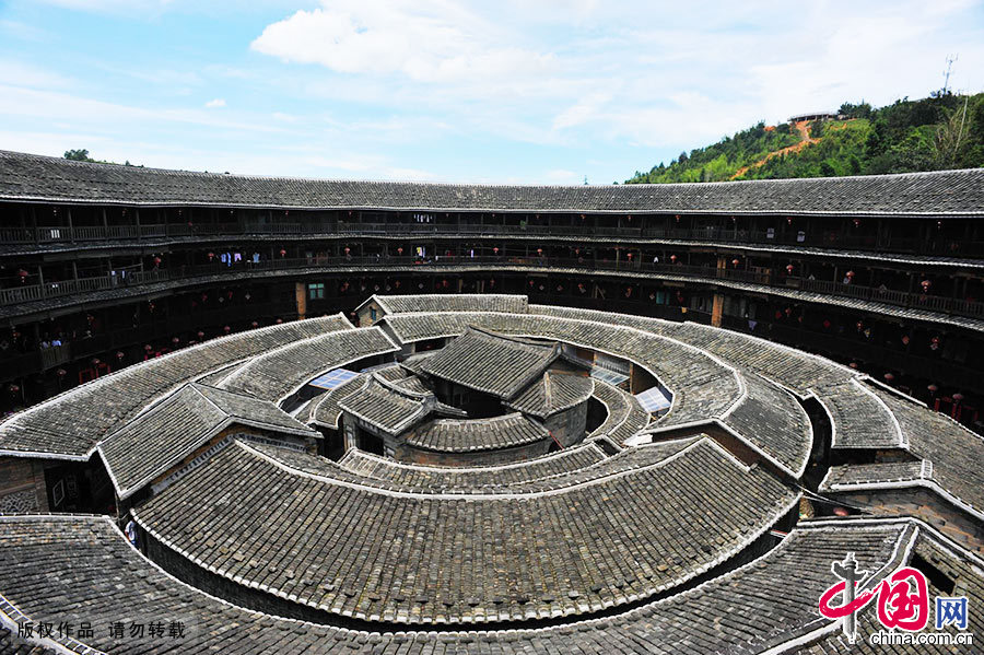 福建土楼的造型花样较多,主要由圆、方、半圆和椭圆等,古时圆和方代表天和地,尤其是圆具有天空的神力,给人们带来万事顺吉、子孙团圆。 中国网图片库 郑跃芳/摄