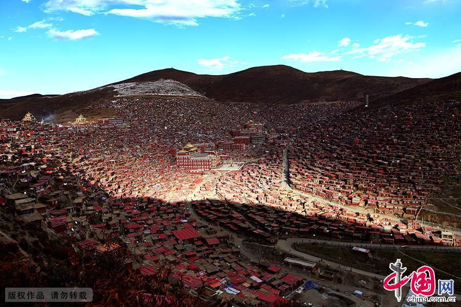 苍穹之下,大山之中,数万间暗红色的小木屋如众星拱月,簇拥着几座金碧辉煌的大殿。中国网图片库 林彤/摄