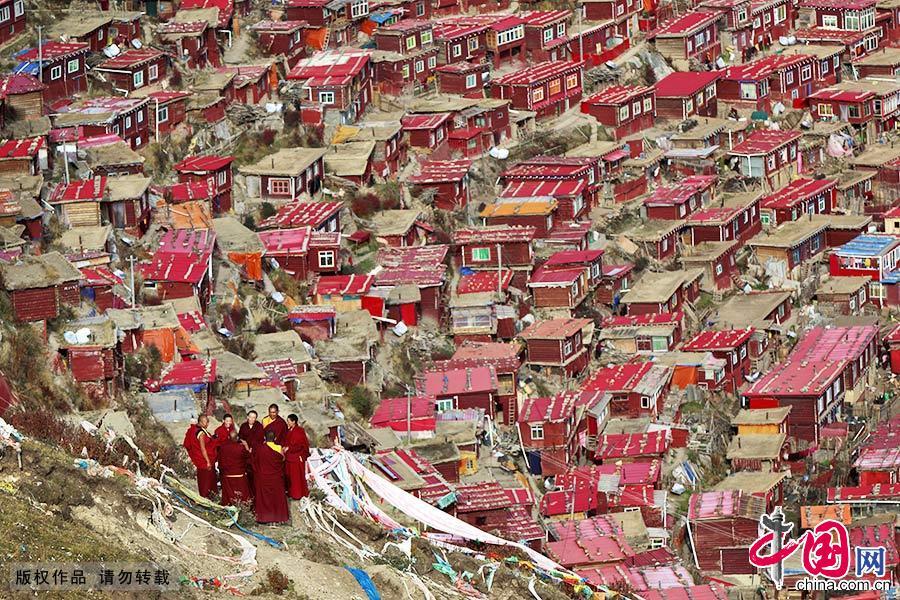 """色达县是个藏传佛教寺庙比较集中的地方,在这里,藏传佛教寺庙遍地开花,全部为红教,因此当地人有""""色达山河一片红""""的说法。中国网图片库 林彤/摄"""