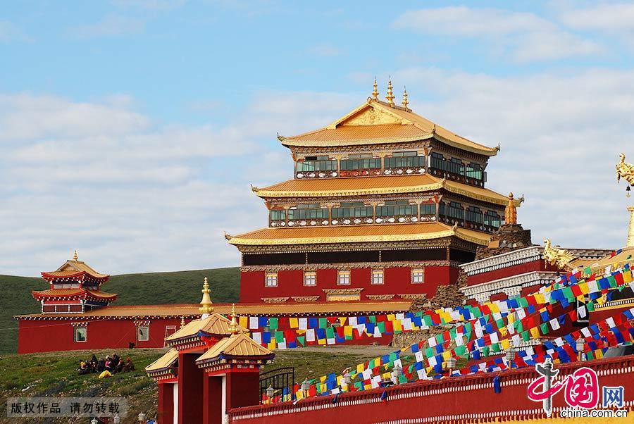 色达圣地东嘎寺位于色达县金马草原的东嘎山上,是藏区著名的红教寺庙。东嘎,在藏语中是白色海螺的意思。图为东嘎寺建筑内部。中国网图片库 孟勇/摄