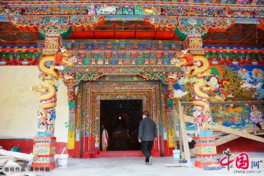 壁画师傅白马走进康坞大寺大殿,门前还有一半壁画尚未完工。中国网图片库 郑跃芳/摄