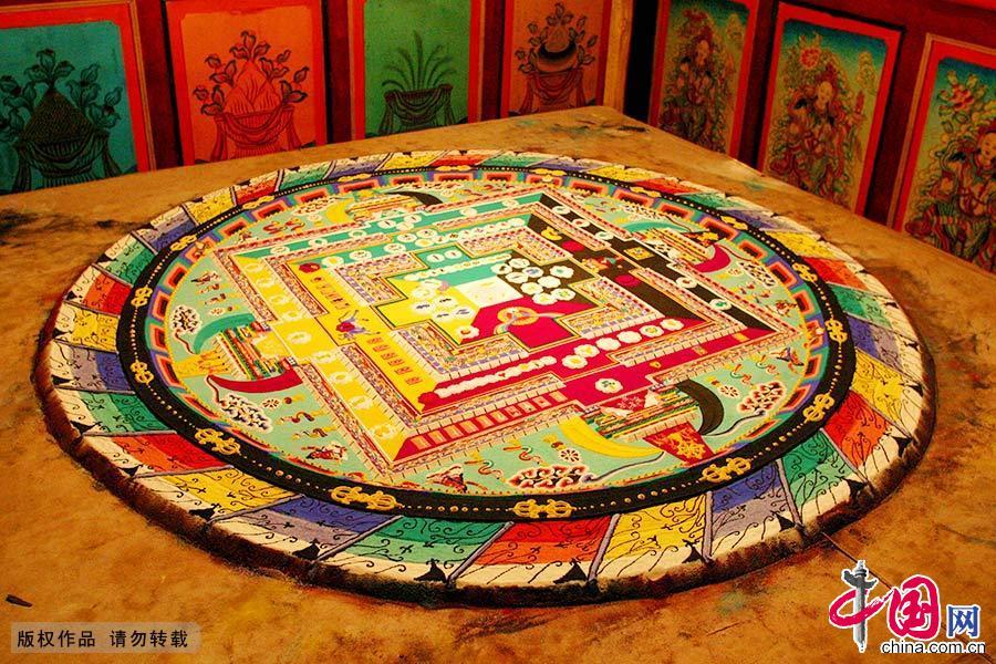 在藏传佛教中有一种最独特也最精致的宗教艺术:坛城沙画。每逢大型法事活动,寺院中的喇嘛们便会用数百万计的沙粒描绘出奇异的佛国世界,这个过程可能持续数日乃至数月。