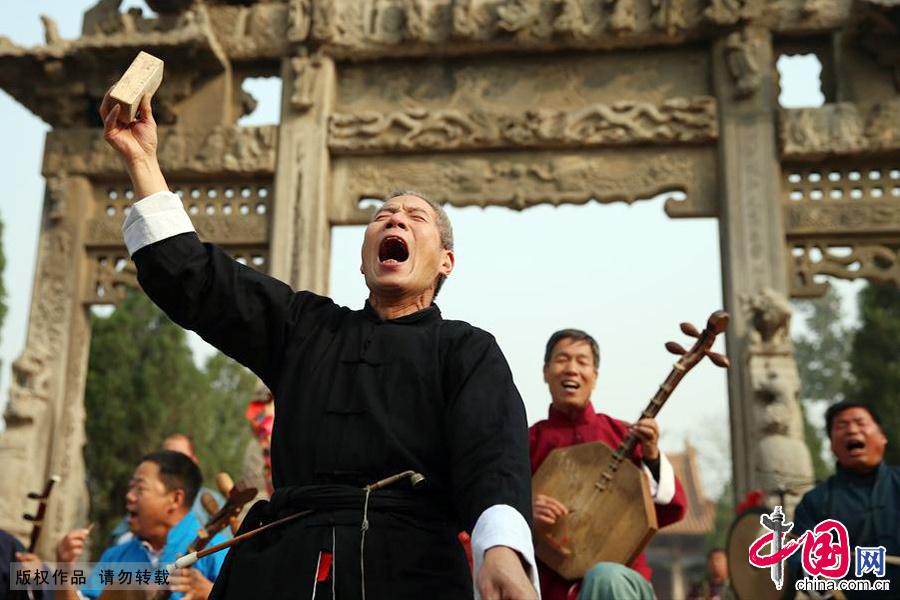 国家非物质文化遗产华阴老腔的团员正在表演。中国网图片库 马勇/摄