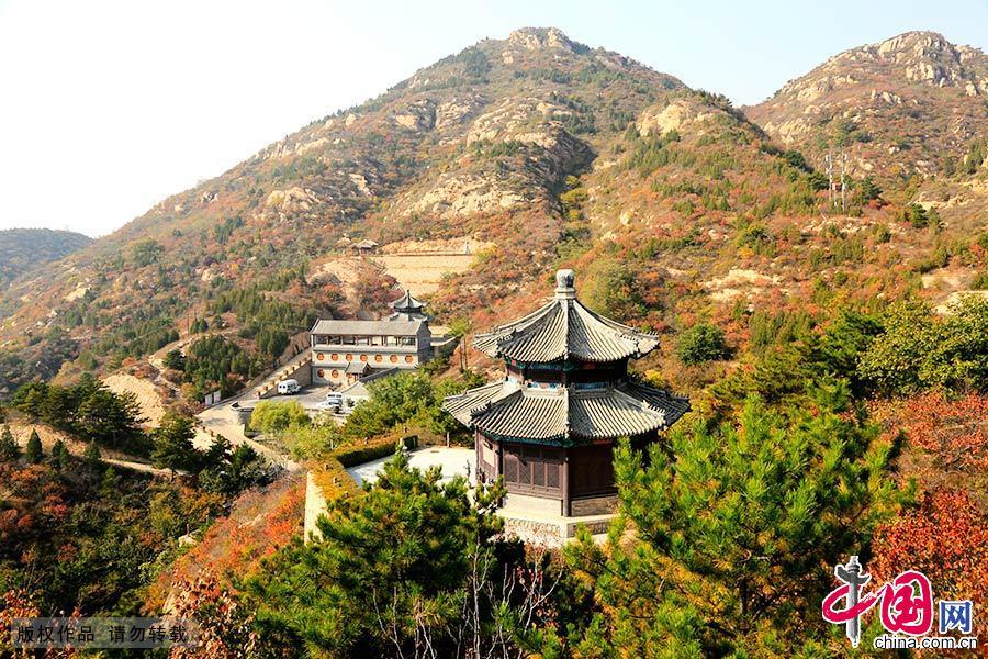 这种庙宇与森林呼应协调的景观,在北京地区甚为少见,这正是云峰灵境之妙处。中国网图片库 成卫东/摄