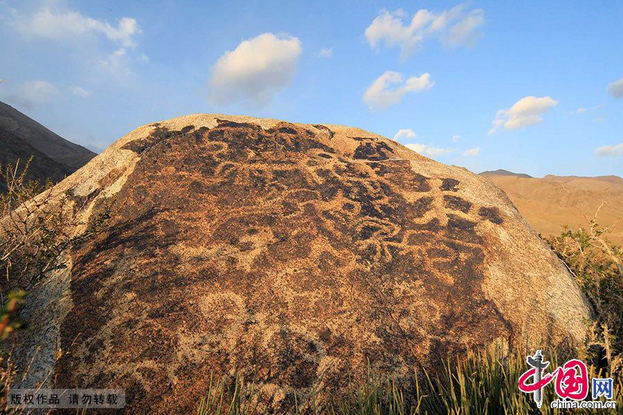 早在新石器时代,哈密就有人类生活,在繁衍生息的过程中,人类在哈密的雪山、草原和沟壑里留下了数以万计的岩画,其规模、数量和精细程度等令人震撼。中国网图片库 蔡增乐/摄
