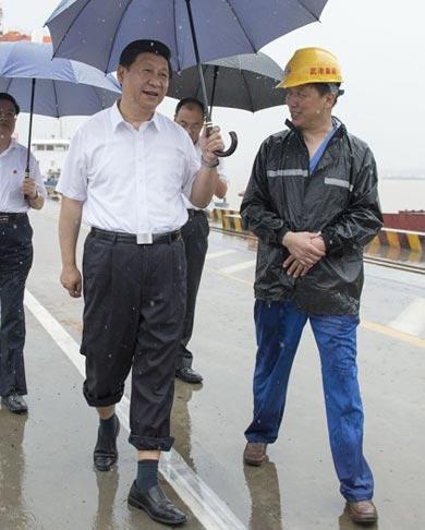 习近平冒雨考察武汉
