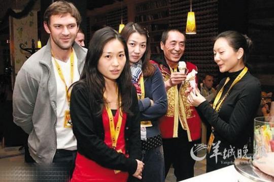 张艺谋与疑似陈婷的女子吃雪糕,左二女孩似张艺谋与前妻肖华的女儿