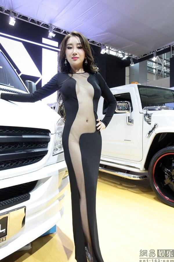 广州车展女模半裸真空装一度露私处 新闻中心