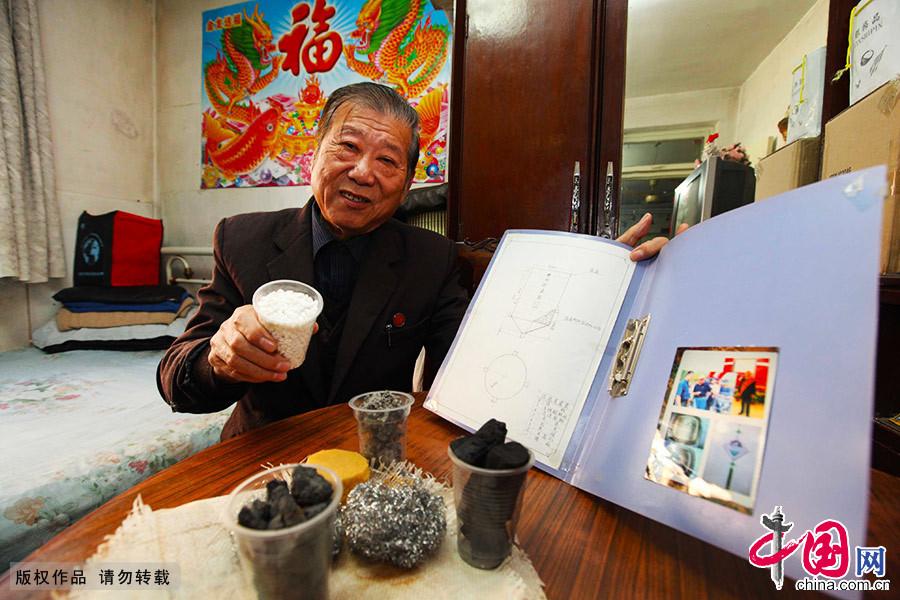 """77歲的張金泰發明瞭自己的節水""""妙招"""",他利用廢舊材料設計出簡易的""""家用中水過濾器"""",可以將洗衣、洗菜時的生活廢水""""變廢為寶"""",過濾後用來澆花、拖地、擦玻璃……達到水資源合理迴圈利用。 中國網圖片庫 澎湃/攝"""