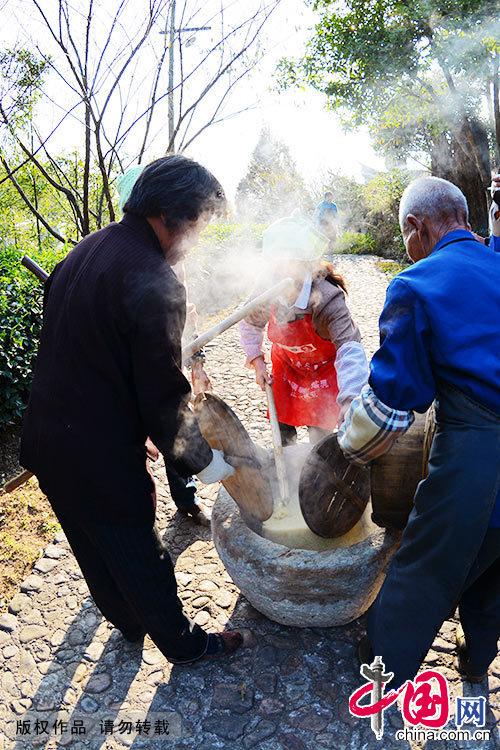 制作黄米果要用山中一特种灌木烧成灰,沥取其汁,浸上等梗米至米色橙黄,再冲净蒸熟,置石臼中捣成团。中国网图片库 郑跃芳/摄