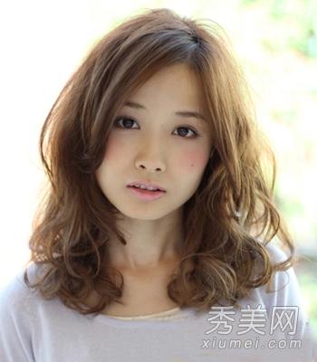 中长发烫发发型,头发中段的蓬松卷发,卷发凌乱,显得更加的有个性图片