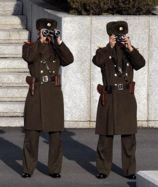 美国副总统拜登参观板门店眺望朝鲜[组图]