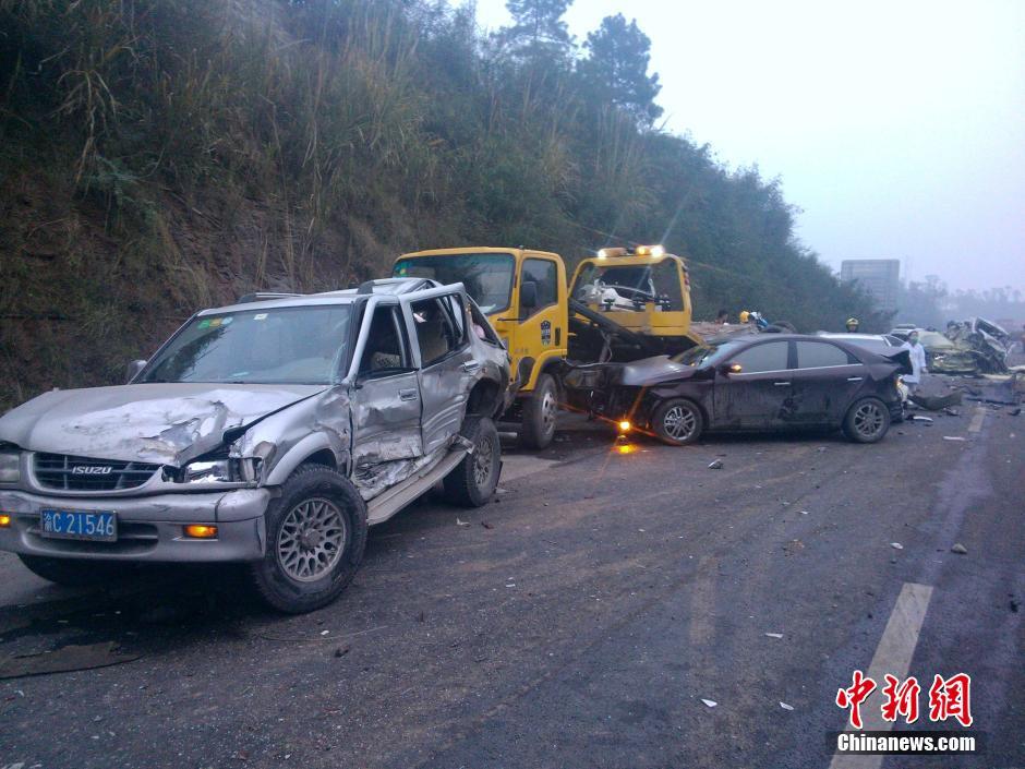 四川高速路罐车追尾10余辆车 已致8人遇难