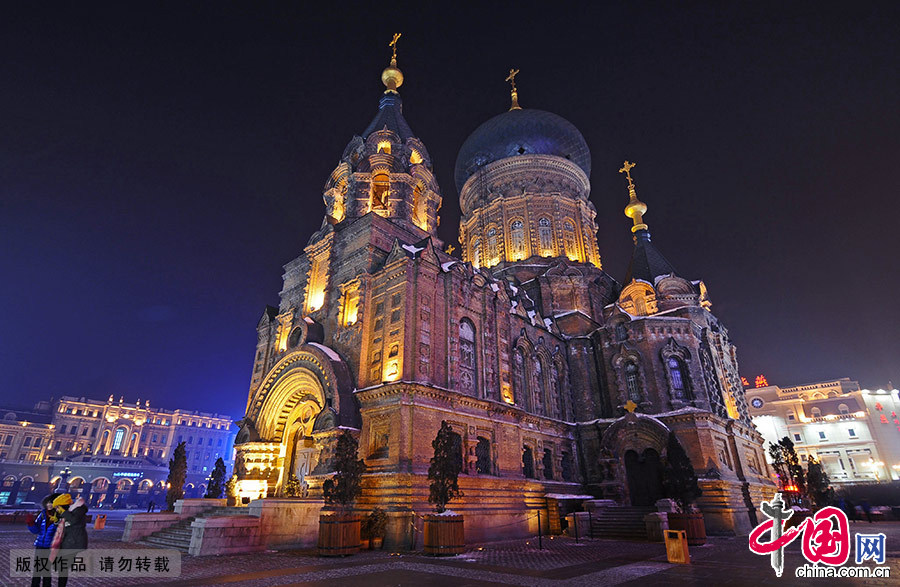 夜幕下的圣索菲亚教堂。圣索菲亚教堂是远东地区最大的东正教堂,是拜占庭式建筑的典型代表。1997年6月,圣索菲亚教堂修复并更名为哈尔滨市建筑艺术馆。中国网图片库 王海滨/摄